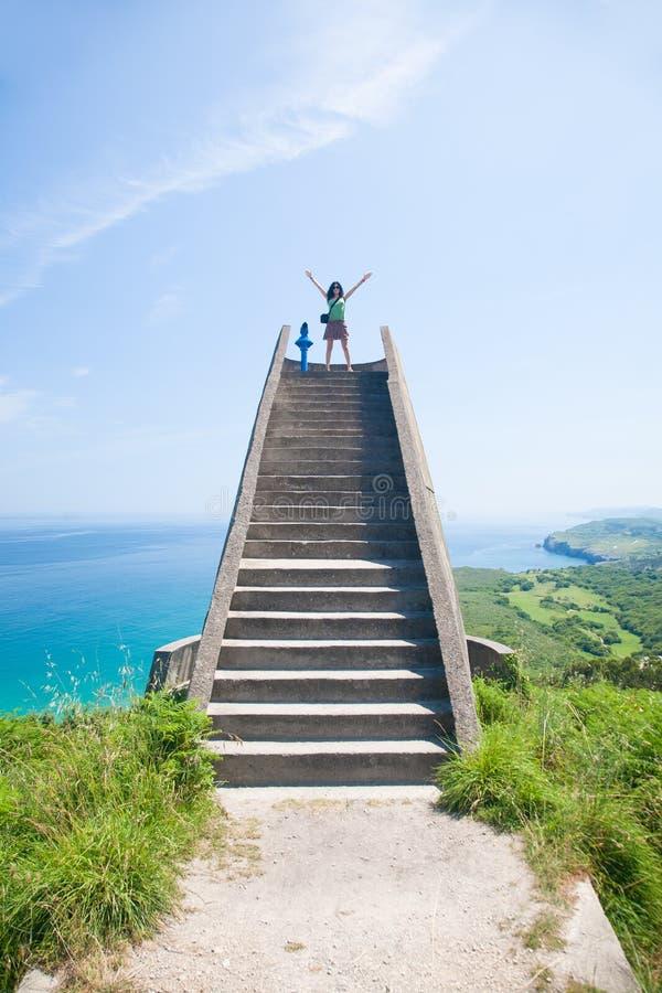 Frau auf Steintreppe in der Natur stockbilder