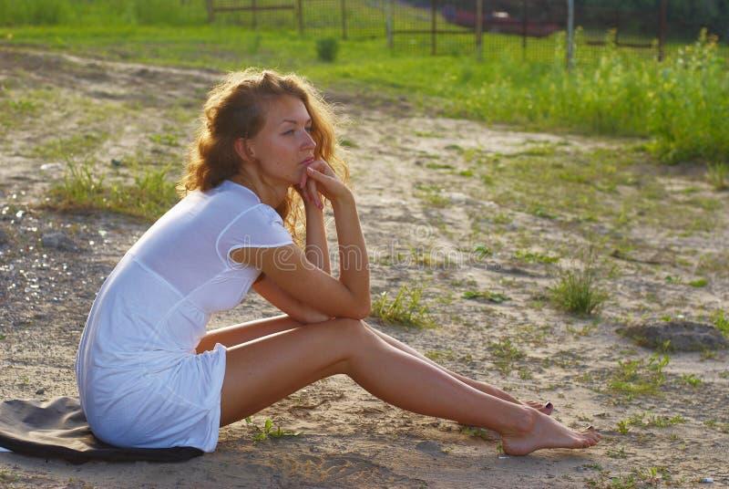 Schöne Sexy Junge Nackte Frau Auf Heu Stockfoto - Bild von