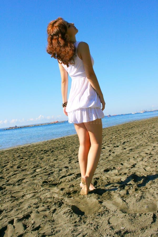Frau auf Strand lizenzfreies stockfoto