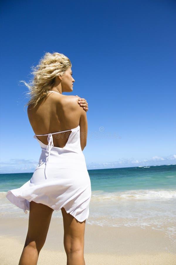 Frau auf Strand. lizenzfreie stockfotos