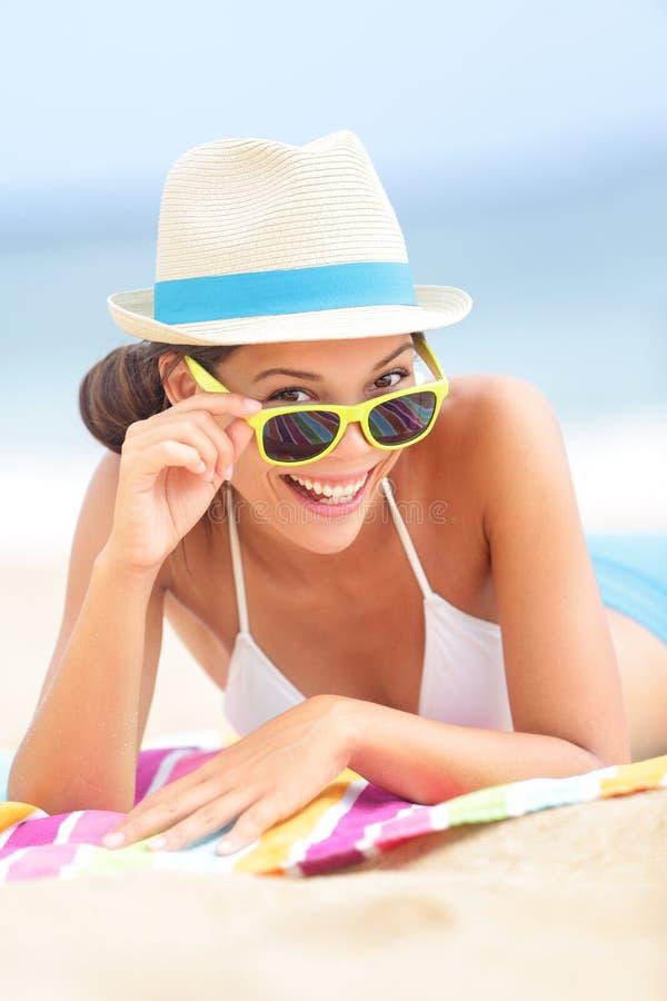 Frau auf Strand mit Sonnenbrille stockfotos