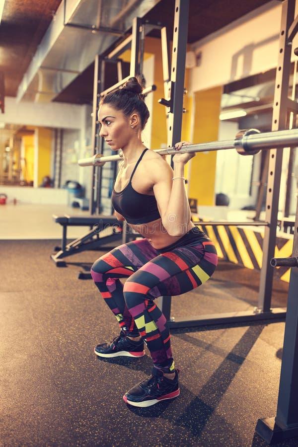 Frau auf Training mit leerer Stange lizenzfreies stockfoto