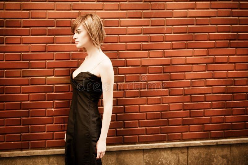 Frau auf Wand lizenzfreie stockbilder