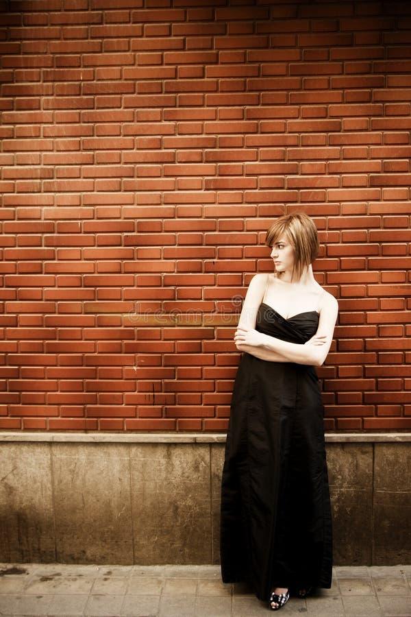 Frau auf Wand lizenzfreie stockfotografie