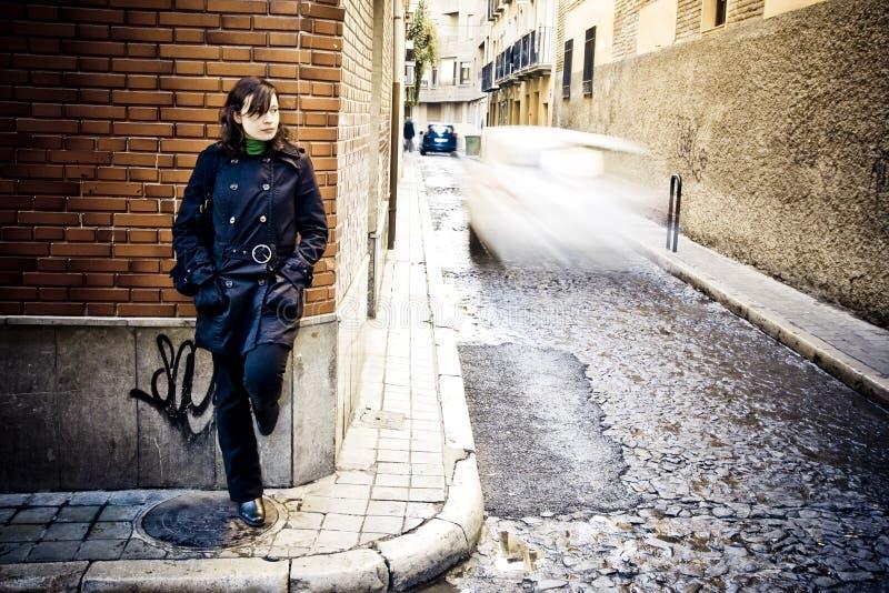 Frau auf Wand stockfotos