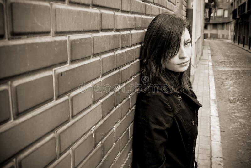 Frau auf Wand lizenzfreies stockfoto