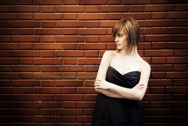 Frau auf Wand stockfotografie