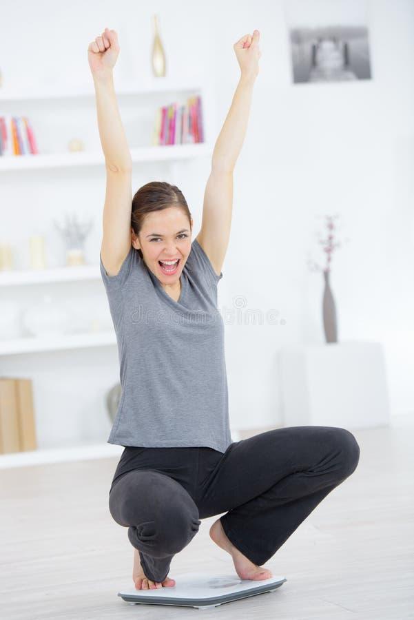 Frau auf wiegender Skala lizenzfreie stockfotografie