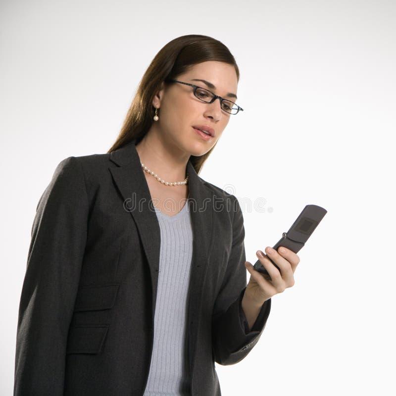 Frau auf Zelle lizenzfreies stockfoto