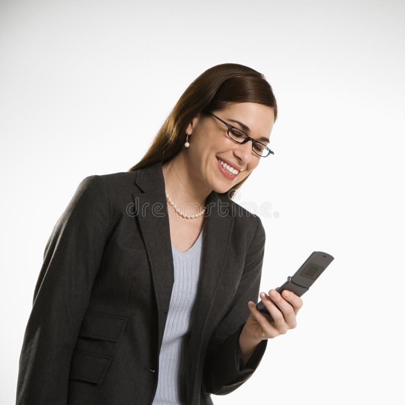 Frau auf Zelle lizenzfreies stockbild