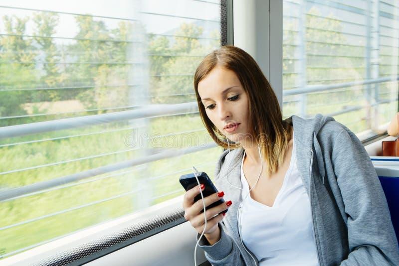 Frau auf Zug stockfoto
