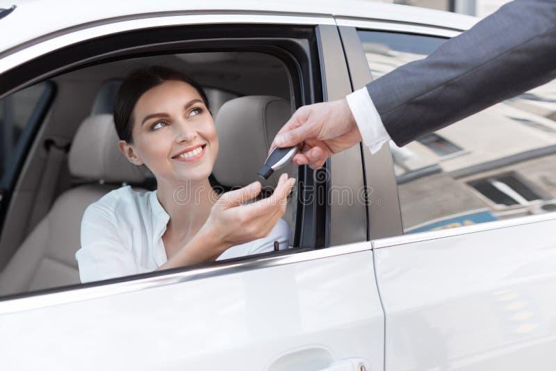 Frau am Auto-Vertragshändler, kaufendes neues Auto stockbild