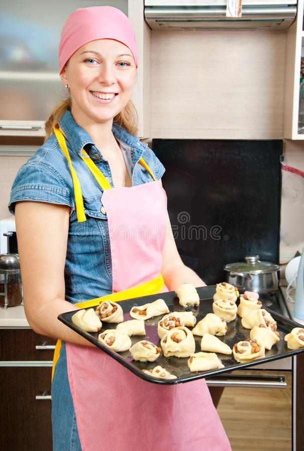 Frau backen Kuchen zu Hause stockfoto