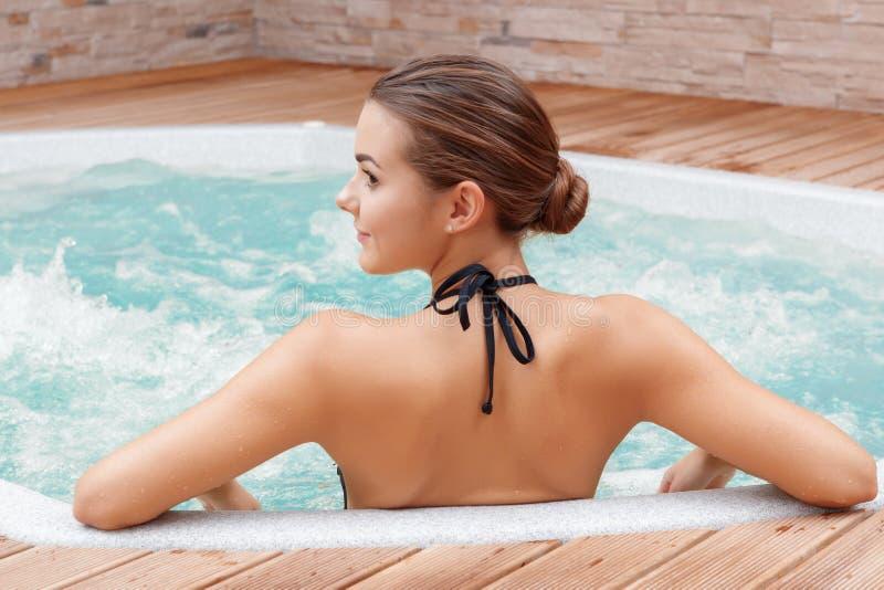 Frau badet im Swimmingpool lizenzfreie stockfotos