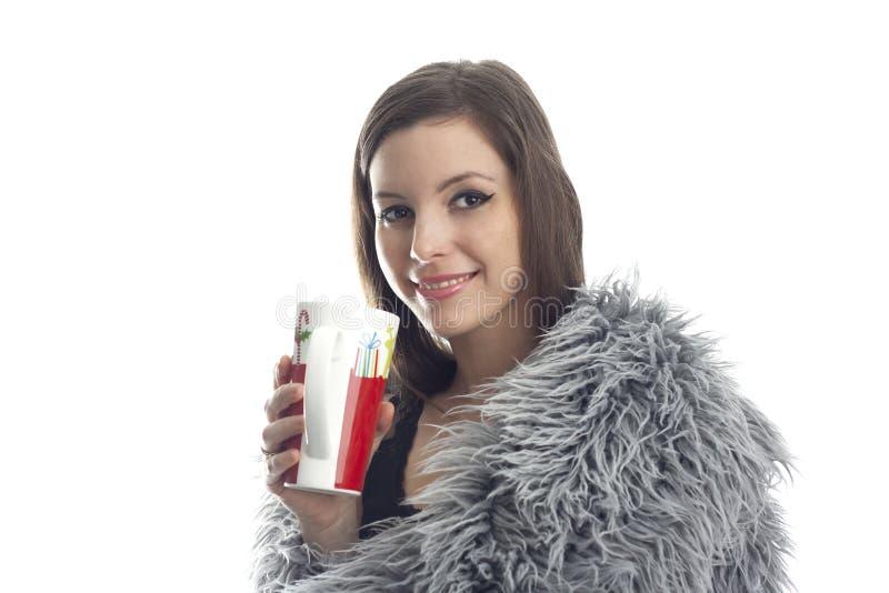 Frau bedeckt mit Pelzgetränken stockbilder