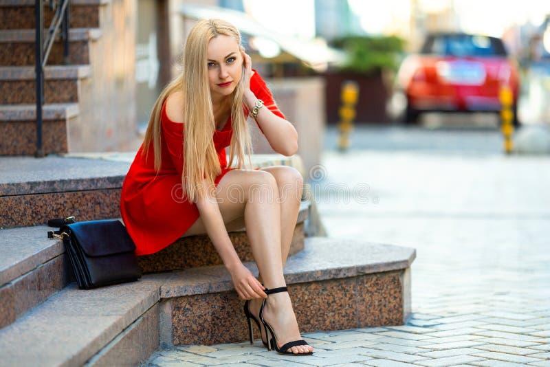 Frau befestigen ihre Schuhe mit hohen Absätzen stockbild