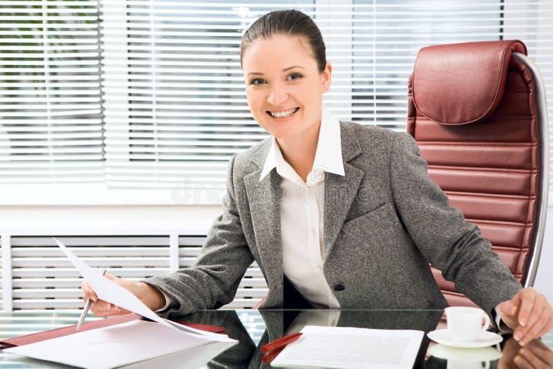 Frau bei der Arbeit stockfotografie