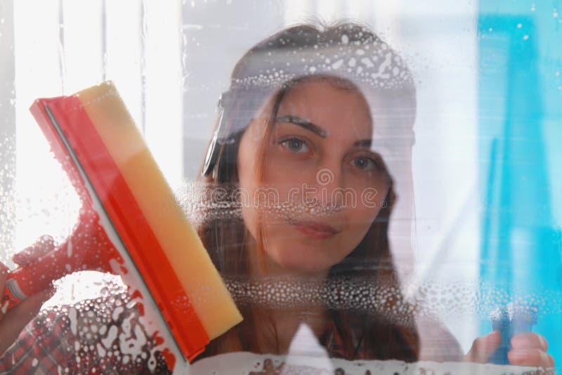 Frau bei der Arbeit, professioneller weiblicher Reiniger, der w säubert und abwischt stockfotografie