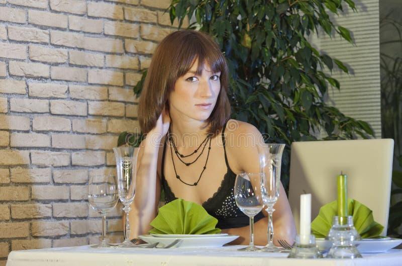 Frau bei der Gaststätteaufwartung stockfotos