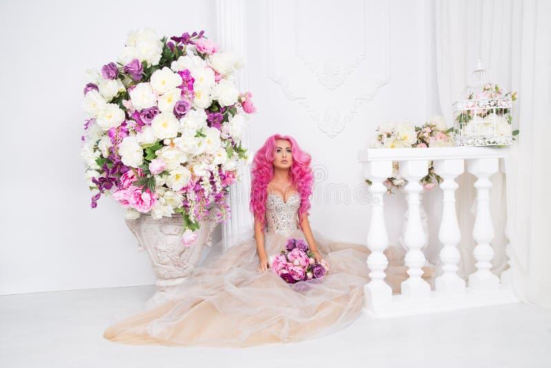 Frau bei der Hochzeitskleideraufstellung Modellieren Sie wie eine Puppe, im Innenstudioschießen, lizenzfreies stockbild