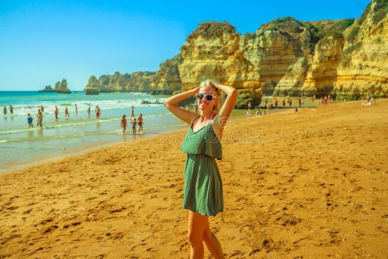Frau bei Dona Ana Beach stockbild