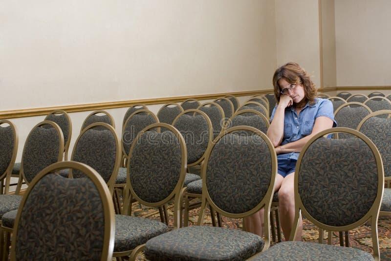 Frau bei einer langweiligen Konferenz lizenzfreie stockfotos