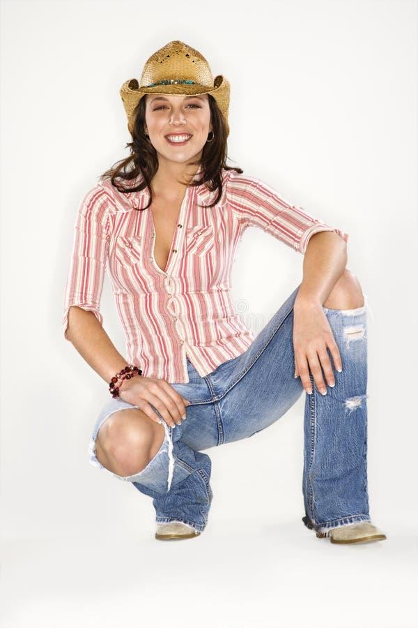 Frau beim Cowboyhutlächeln. lizenzfreie stockbilder