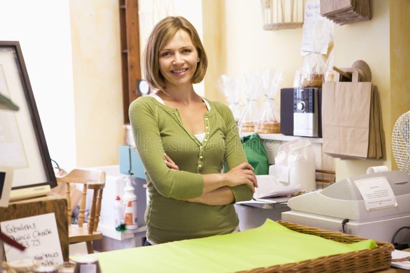 Frau beim Speicherlächeln lizenzfreie stockbilder