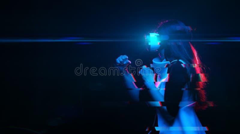 Frau benutzt Kopfh?rer der virtuellen Realit?t Bild mit St?rschubeffekt lizenzfreie stockfotografie
