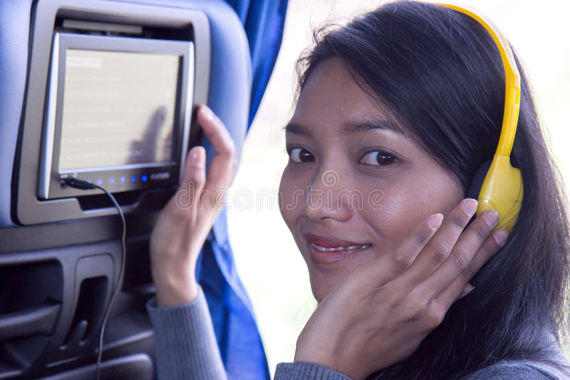 Frau benutzte Bordanzeige auf Bus stockfoto