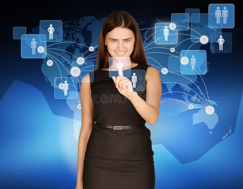 Frau berührt Ikonenleute auf Hintergrund der Welt lizenzfreie stockfotografie
