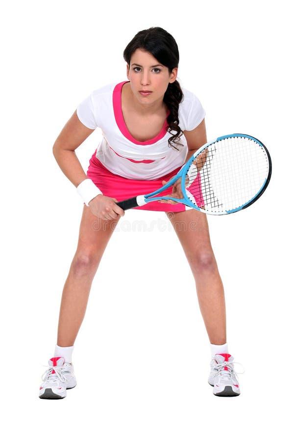 Frau bereit, Tennis zu spielen lizenzfreies stockbild