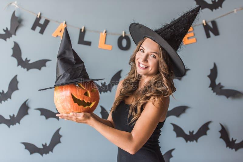 Frau bereit zu Halloween stockbild