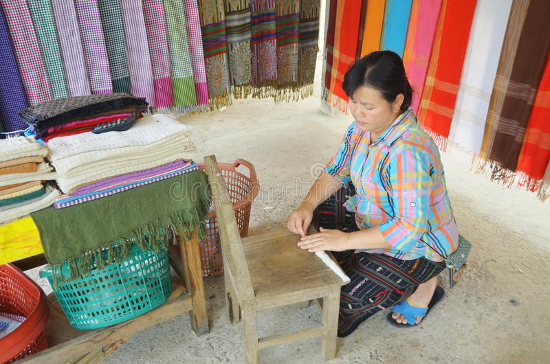 Frau bereiten Baumwollfasern vor lizenzfreies stockfoto
