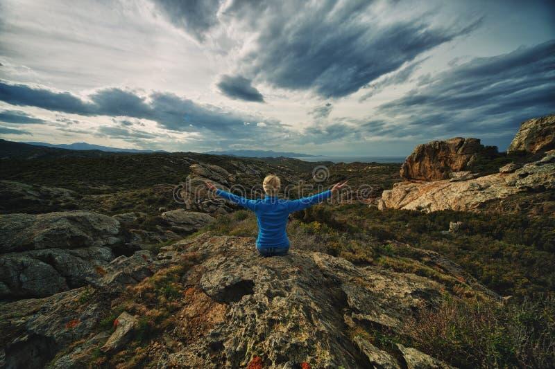 Frau in Berge stockfotos