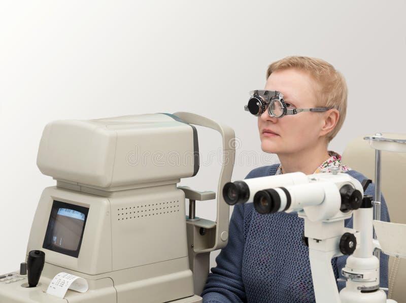 Frau besucht Augenarzt lizenzfreie stockfotografie