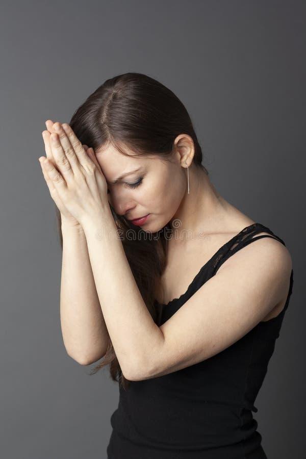 Frau betet zum Gott lizenzfreie stockbilder