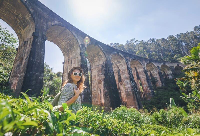 Frau betrachtet das Demodara, das neun Bögen den besuchten Anblick von Ella-Stadt in Sri Lanka überbrücken lizenzfreie stockbilder