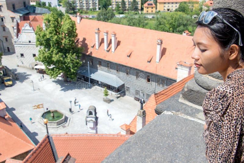 Frau betrachtet ein mittelalterliches Schloss lizenzfreies stockbild