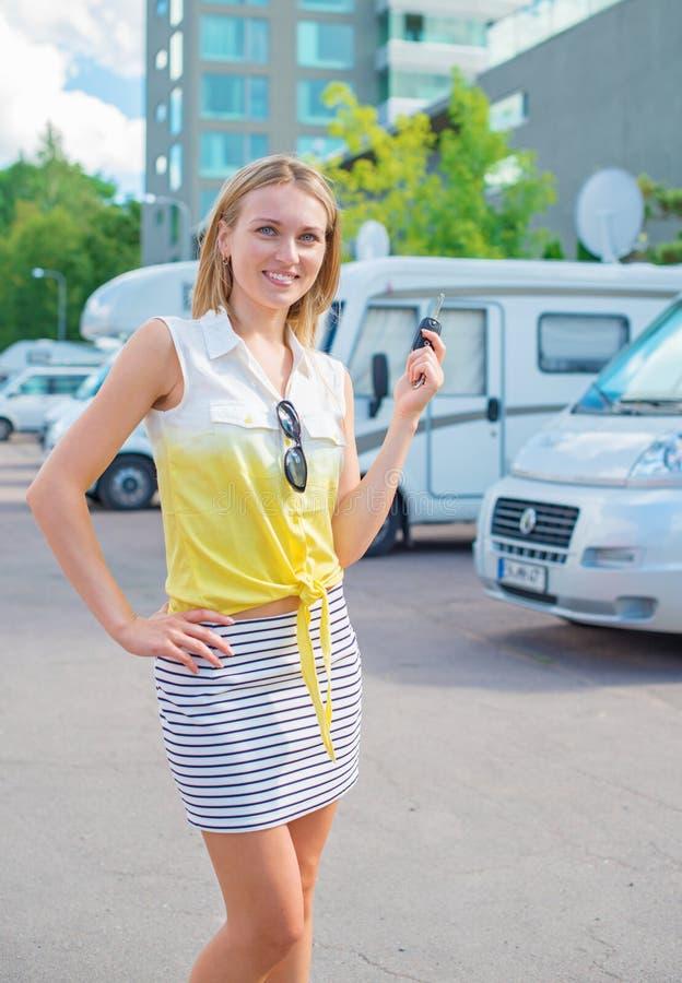 Frau bietet campervans an lizenzfreie stockbilder