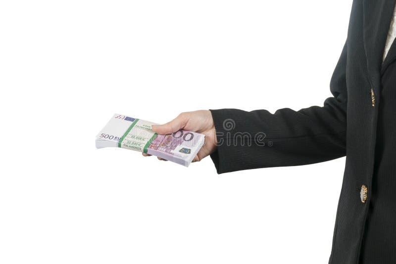 Frau bietet ein Pack des Eurogeldes an lizenzfreie stockbilder