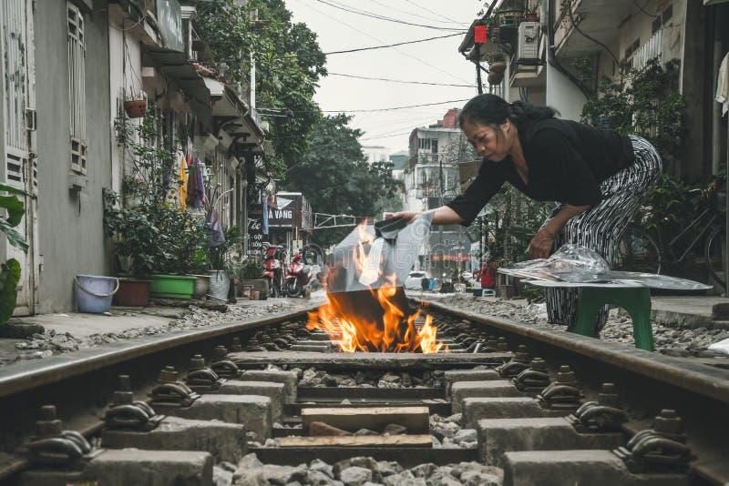 Frau brennt votive Angebote Viel vietnamesische Praxis die Gewohnheit des Brennens von votive Gegenst?nden zu den religi?sen Zwec lizenzfreies stockfoto
