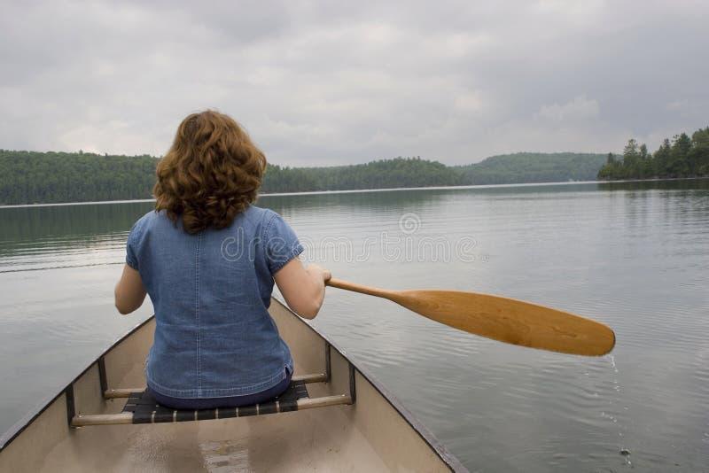 Frau canoeing lizenzfreie stockfotografie