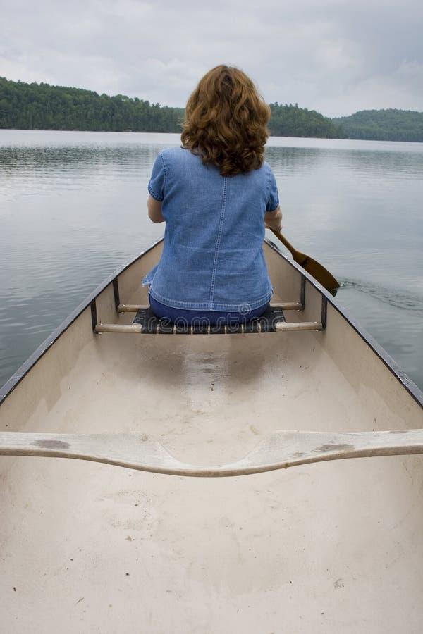 Frau canoeing lizenzfreie stockbilder