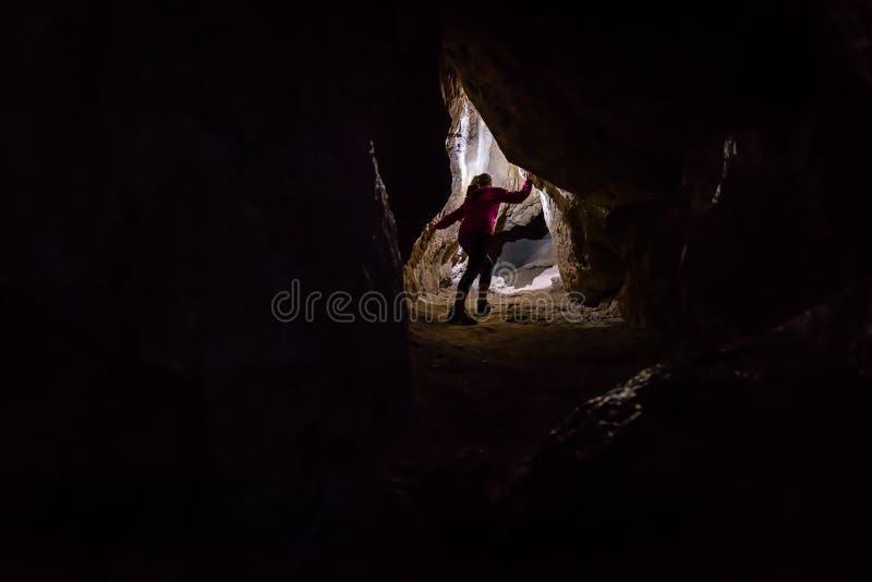 Frau caver Spelunker, der die Höhle erforscht stockbild