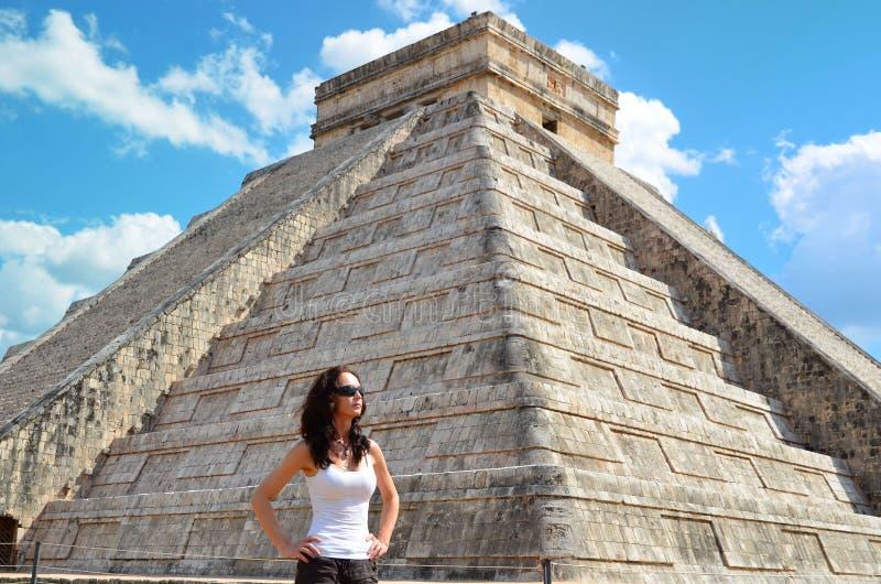 Frau in Chichen Itza Mexiko lizenzfreies stockbild