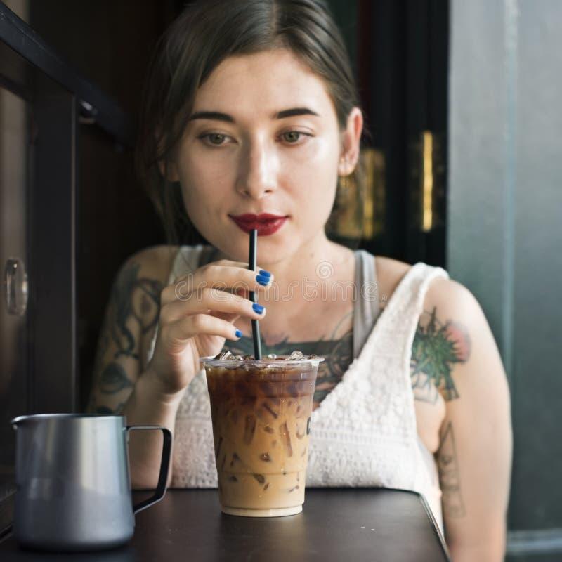 Frau Coffeeshop-Getränk-Entspannungs-Tätowierungs-Konzept lizenzfreie stockfotos