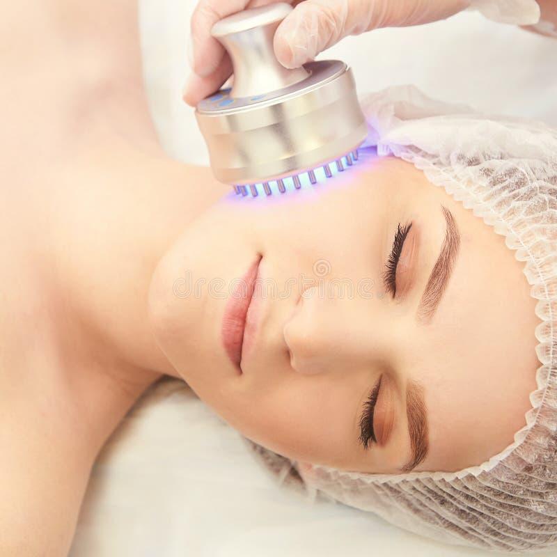 Frau Cosmetologyverfahren Helle Gesichtsbehandlung Medizinische Hautreparatur Antifalte Farbe-skincare lizenzfreie stockfotos