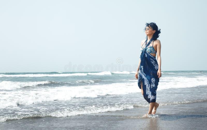 Frau in dem Meer stockbild