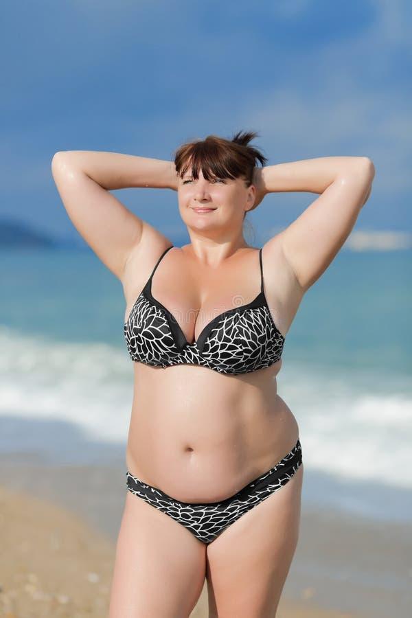 Frau in dem Meer lizenzfreie stockbilder